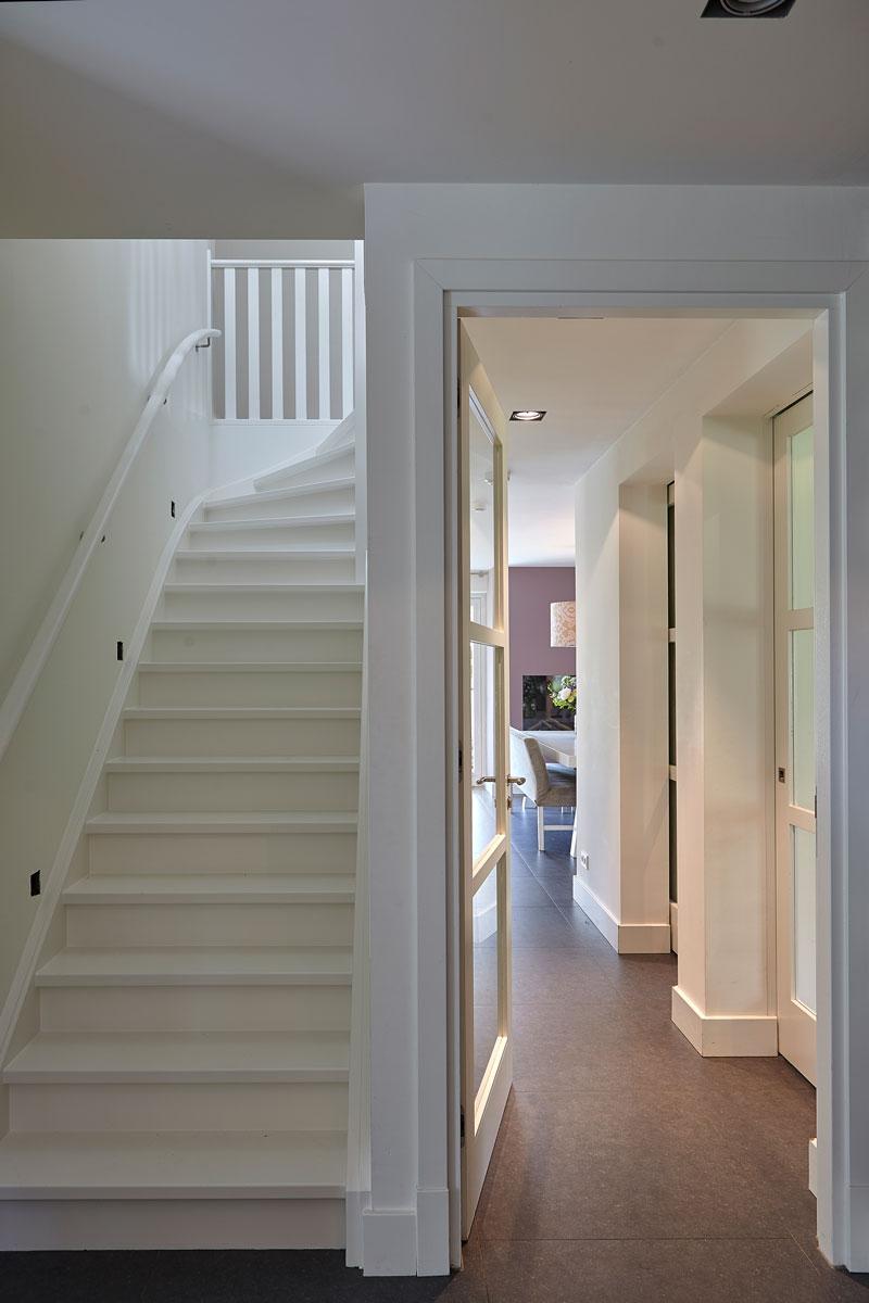 Prachtige witte, houten trap, romantische villa, Wolfs architecten