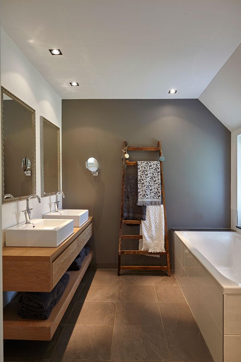Badkamer, bad, houten wastafel, tegelvloer, romantische villa, Wolfs Architecten