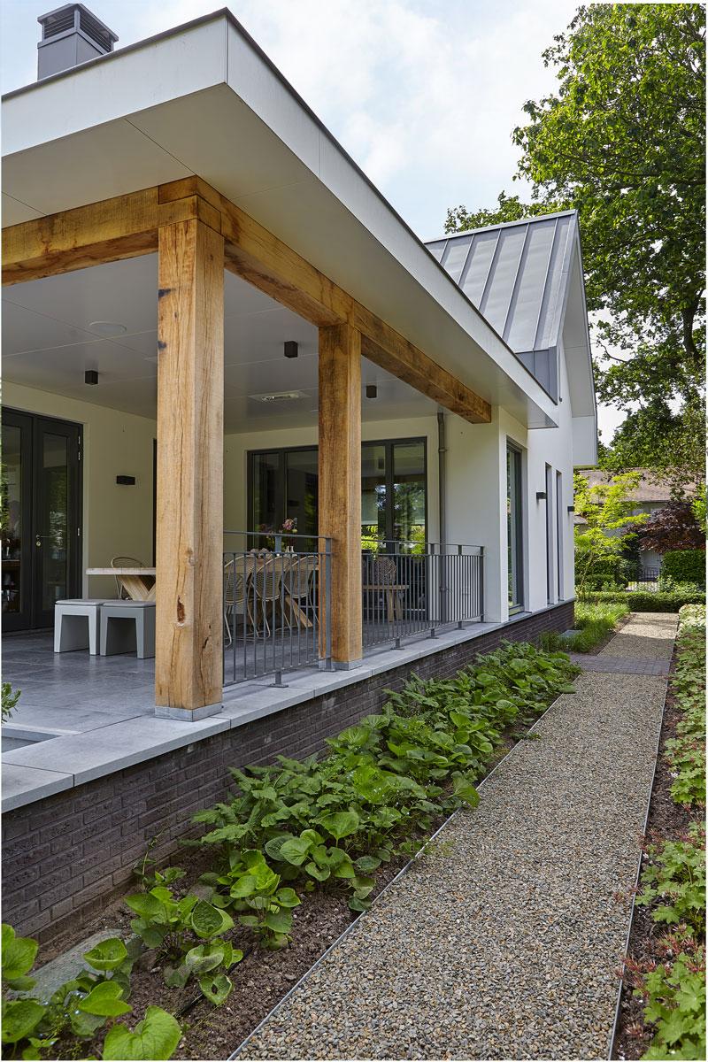 Terras met natuursteen van Revy Stone en tuinmeubelen van Borek, inspirerende villa, Wolfs Architectuur