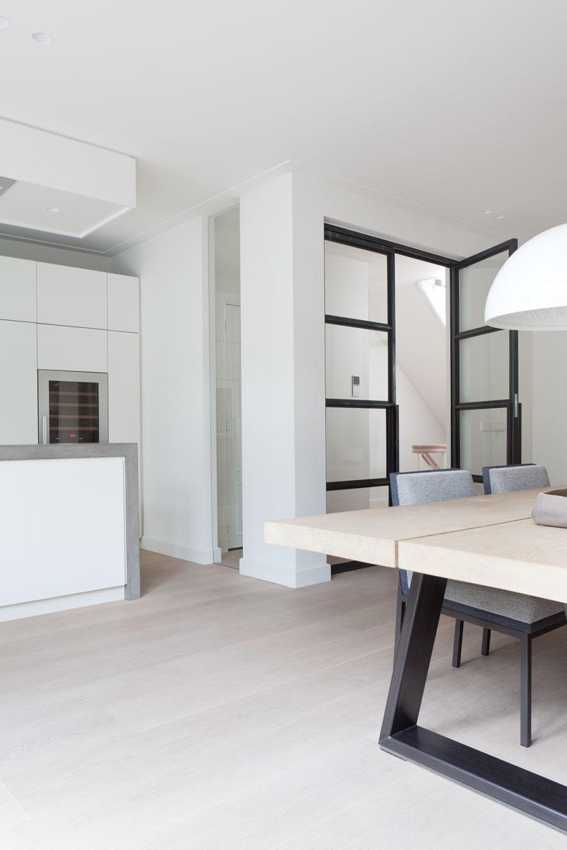 Eetkamer, keuken, houten vloer, stalen deuren, stadsvilla, Remy Meijers