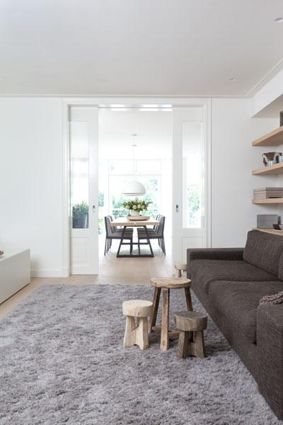 Woonkamer, zicht op eetkamer, ensuite deur, houten vloer, lichtinval, stadsvilla, Remy Meijers