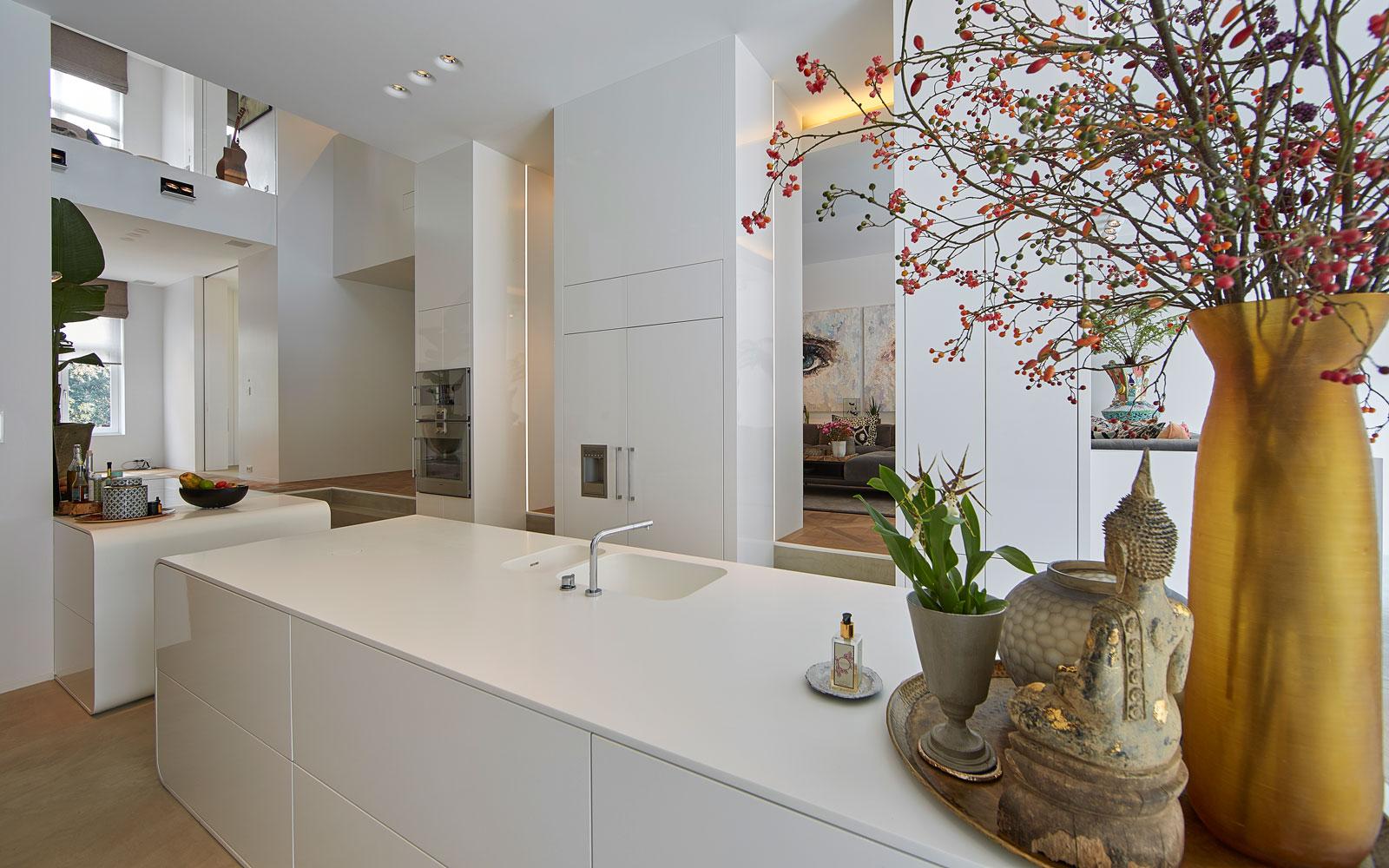 Keuken, kookeiland, strak, wit, kraan VOLA, ruimtelijk, Ferrari, grachtenpand, Bart van Wijk