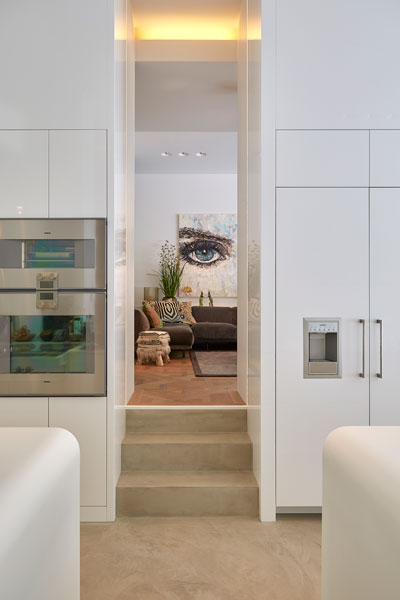 Keuken, zicht op de woonkamer, apparatuur, Gaggenau, grachtenpand, Bart van Wijk