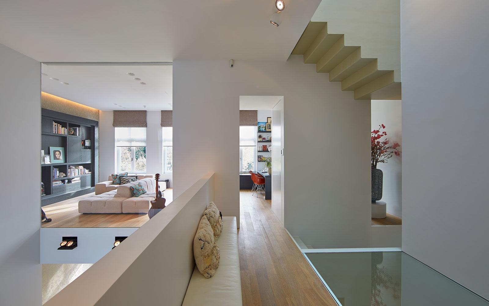 Woonkamer, ruimtelijk, glazen plafonds, licht, hoogteverschil, grachtenpand, Bart van Wijk