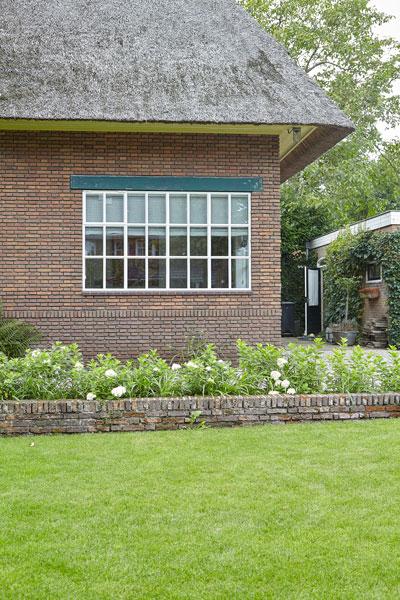 Voorzijde, kleine raampjes, rieten dak, jaren 30 villa, renovatie, Marco Daverveld