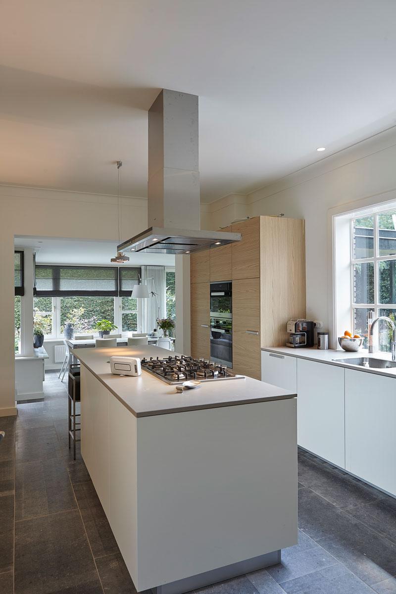 Keuken, kookeilend, witte keuken, houten kasten, jaren 30 villa, renovatie, Marco Daverveld
