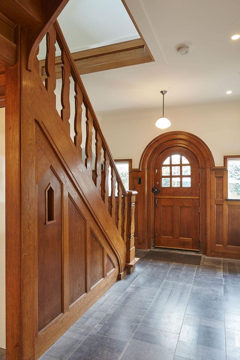 Houten trap, houten voordeur, klassiek, sprookjesachtig, hal, jaren 30 villa, renovatie, Marco Daverveld