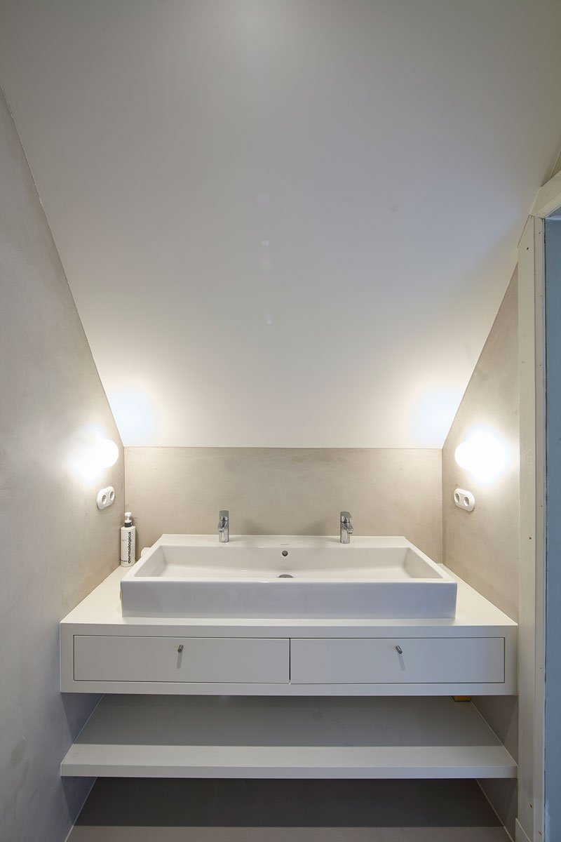 Badkamer, wastafel, wit, strak, stukwerk, renovatie, jaren 30 villa, Marco Daverveld