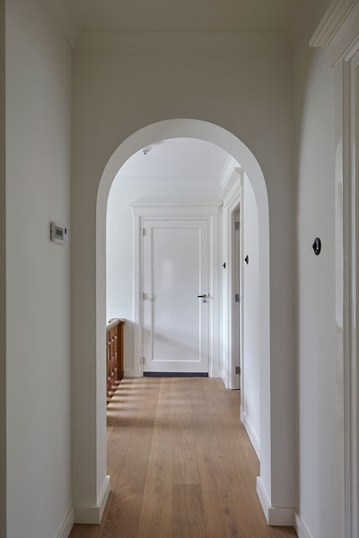 Hal, houten vloer, bovenverdieping, boogvormige deuren, jaren 30 villa, renovatie, Marco Daverveld