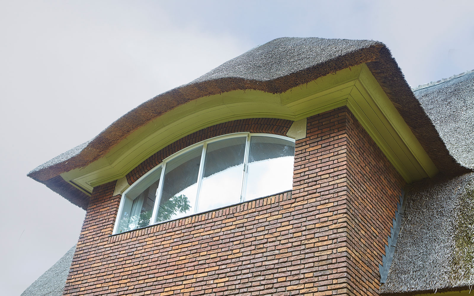 Gevel, horizontale lijnen, royale dakoverstek, terugliggende voeg, renovatie, jaren 30 villa, Marco Daverveld