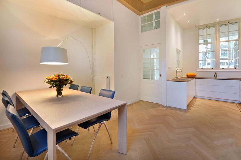 Woonkamer, keuken, eettafel, houten vloer, visgraat, parket, Van Oort Interieurs, Herenhuis