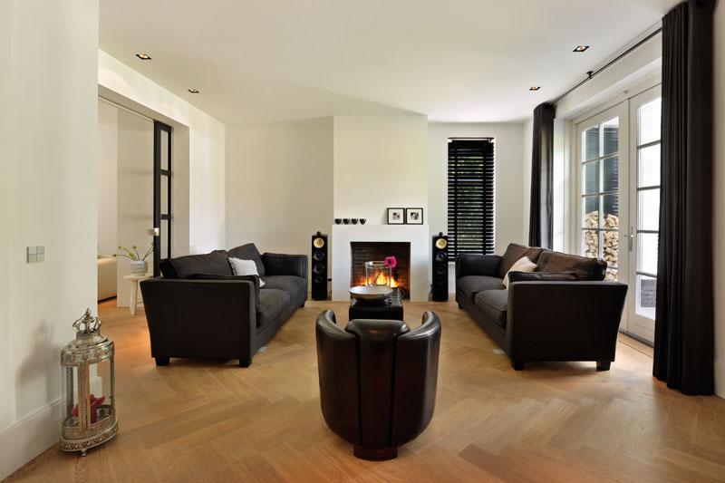 Woonkamer, houten vloer, open haard, gashaard, sfeervol, meubels Noort Interieur, witte droomvilla, Gerben van Manen