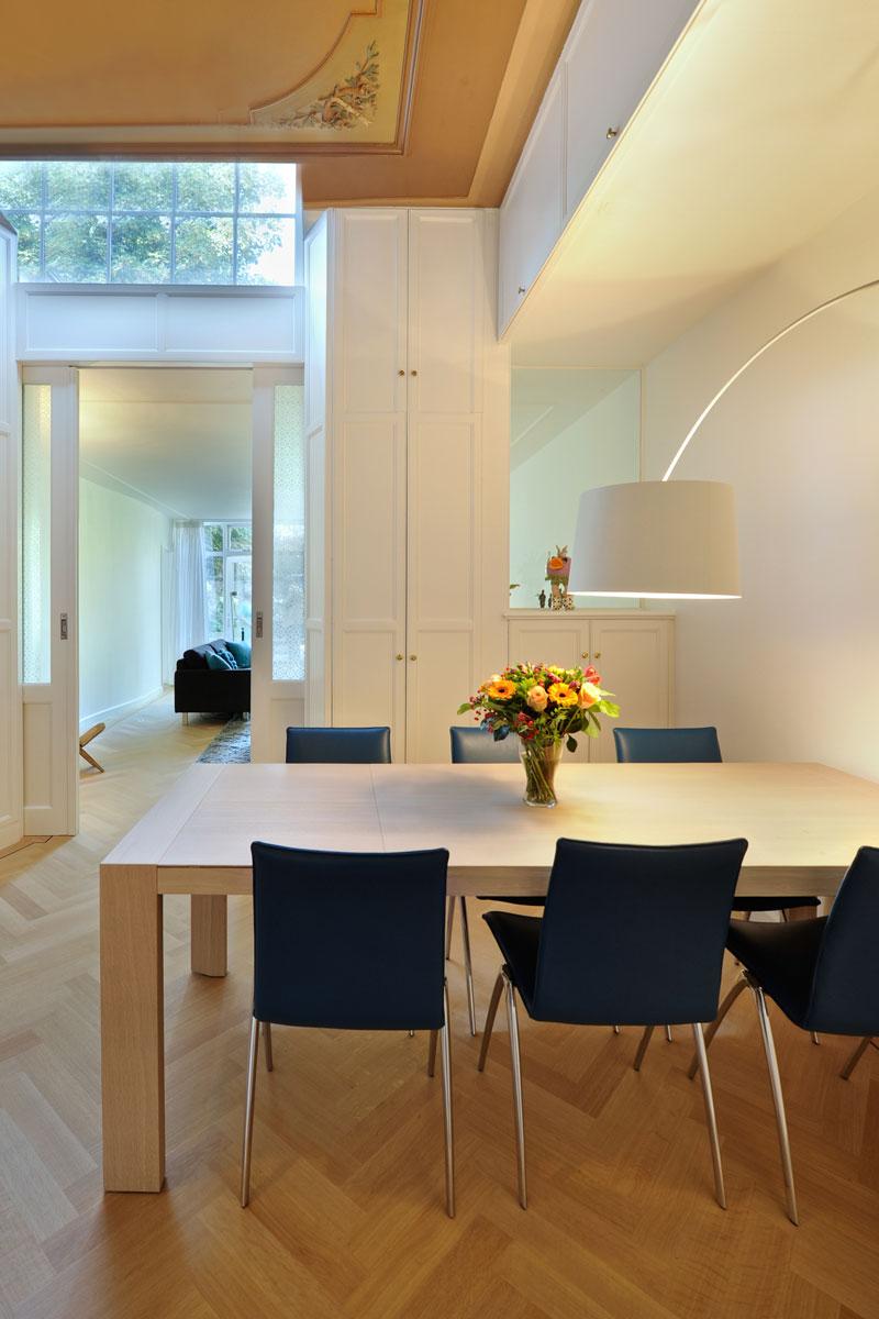 Eettafel, licht, ramen, en suite deuren, visgraat, Van Oort Interieurs, herenhuis