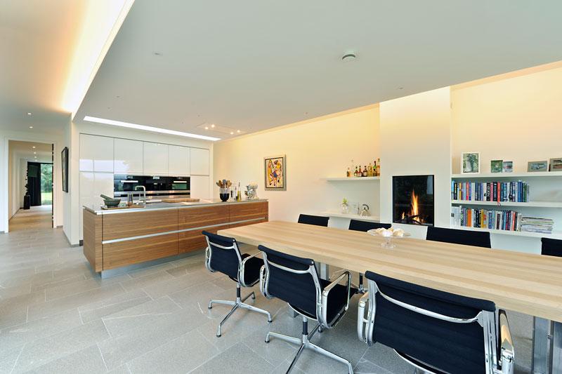Grote houten tafel, meubilair, Smellink Wonen, sfeervolle haard, open haard, modern landhuis, Maas Architecten