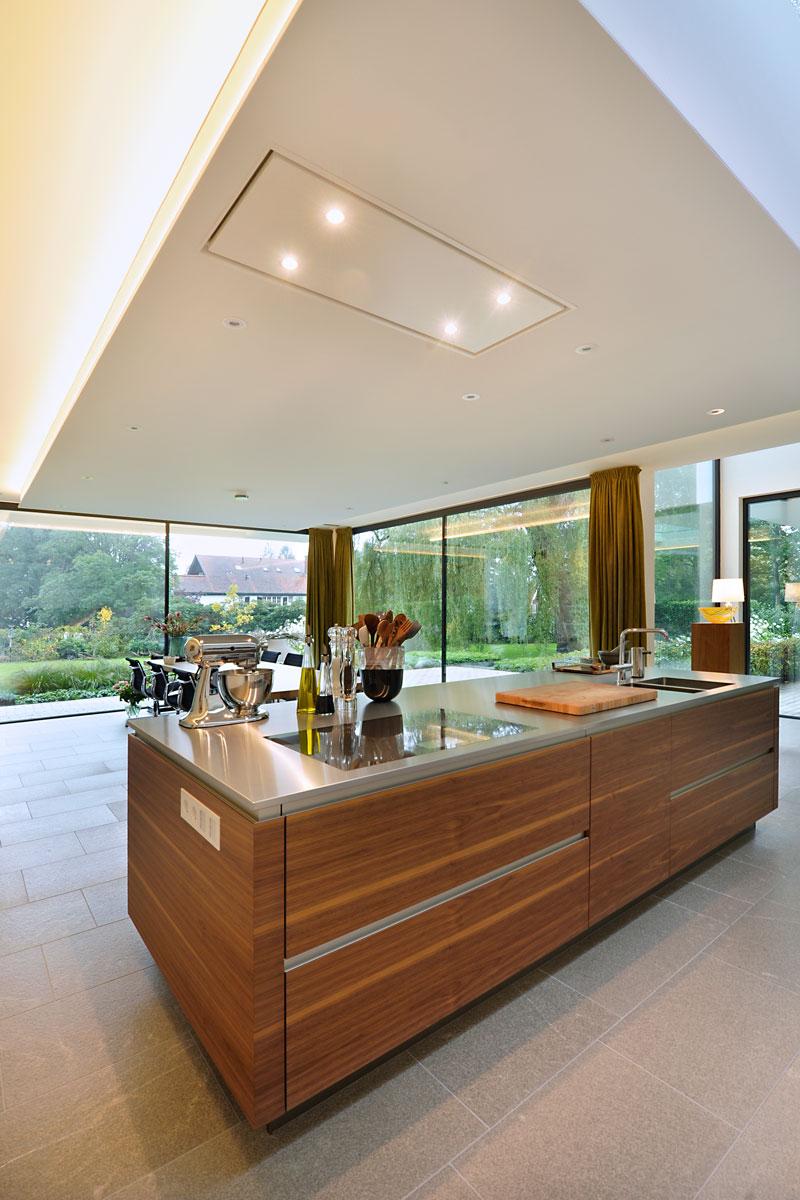 Keuken, kookeiland, hout, aanrecht, ruimtelijk, grote ramen, modern landhuis, Maas Architecten