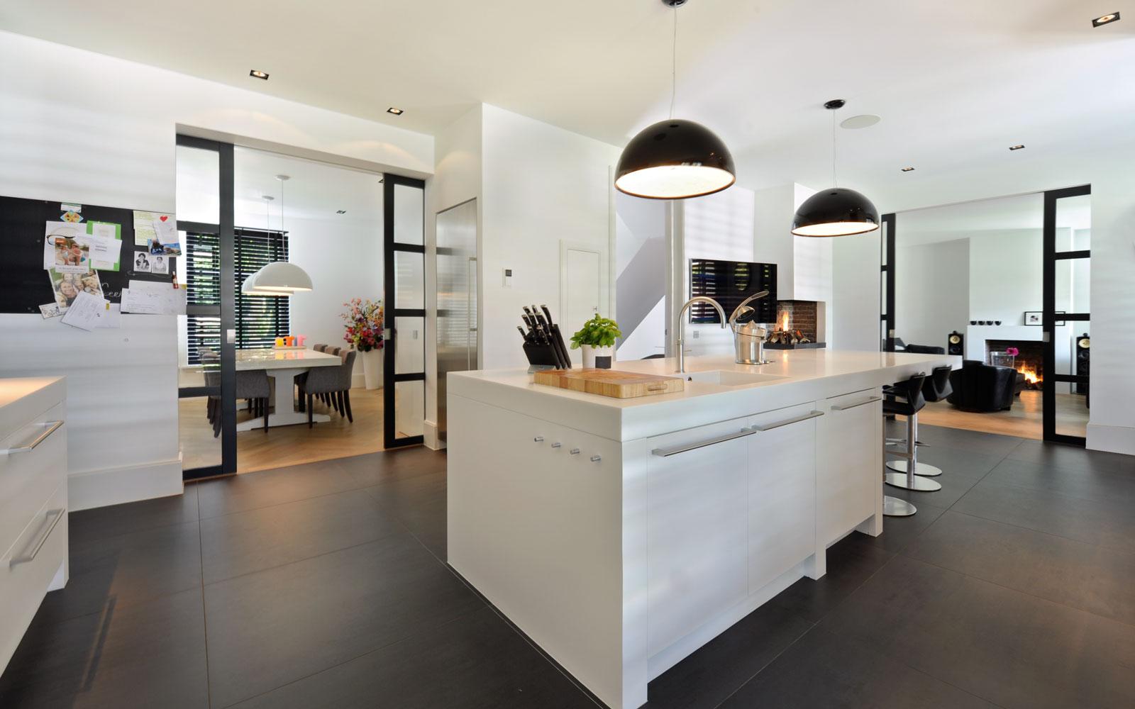 Keuken, kookeiland, strakke witte keuken, maatwerk, witte droomvilla, Gerben van Manen
