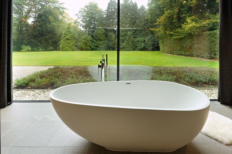 Bad, recht voor het raam, uitzicht, vrijstaand bad, modern landhuis, Maas Architecten