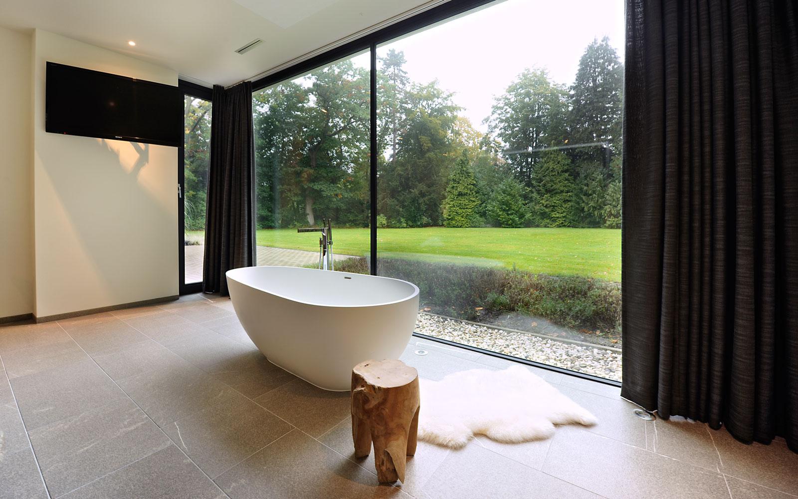 Badkamer, slaapkamer, een geheel, vrijstaand bad, grote ramen, zicht op de tuin, modern landhuis, Maas architecten