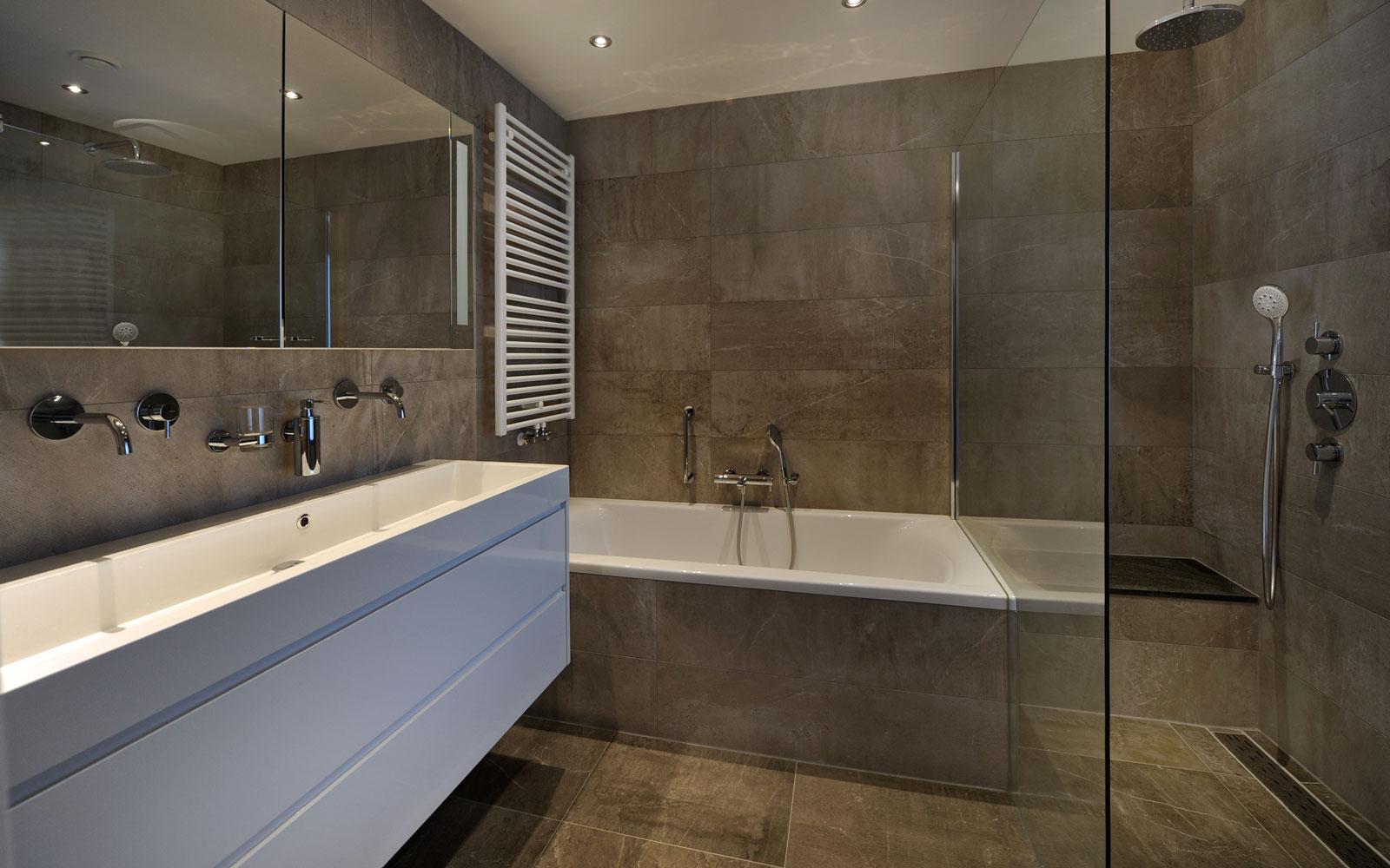 Badkamer, sanitair, Harry van der Velden, natuursteen, wastafel, bad, herenhuis, Van Oort Interieurs
