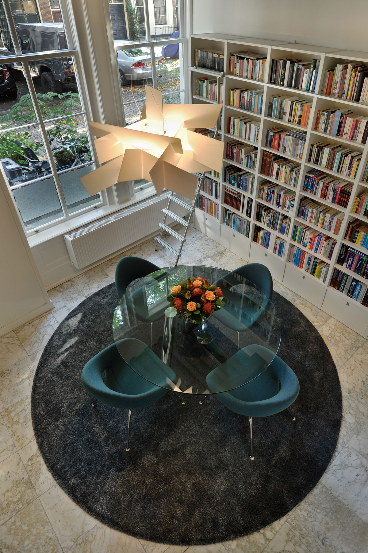 Interieur, boekenkast, bibliotheek, grote ramen, salontafel, herenhuis, Van Oort Interieurs