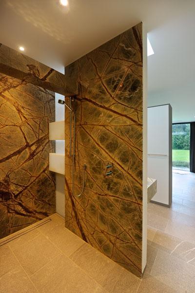 Badkamer, inloopdouche, bijzondere wand, nerven, modern landhuis, Maas Architecten