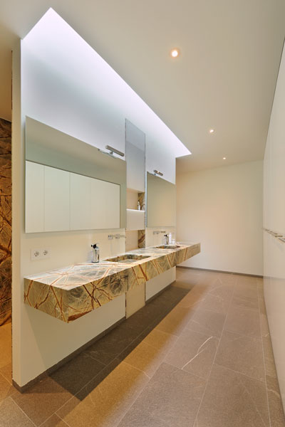 Badkamer, wastafel, natuursteen, nerven, natuurlijk licht, schollenglass, modern landhuis, Maas Architecten
