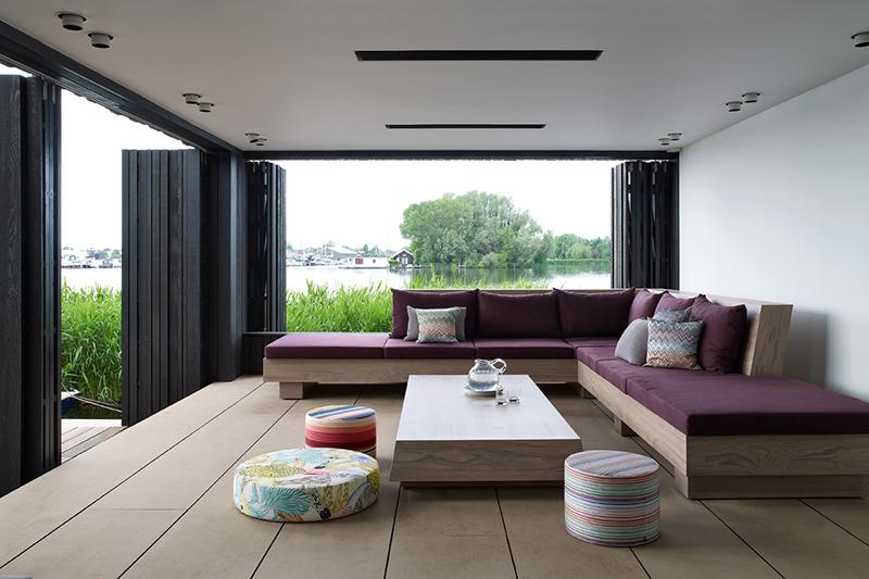 Loungebank door Piet Boon Studio in een tijdloze stijl met klassieke elementen die gecombineerd worden met moderne vormgegeven objecten