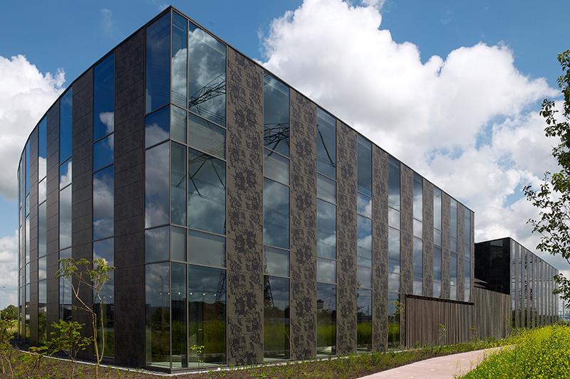 Modern gebouwen ontworpen door Piet Boon Studio in een tijdloze stijl met een sobere, stoere vormgeving