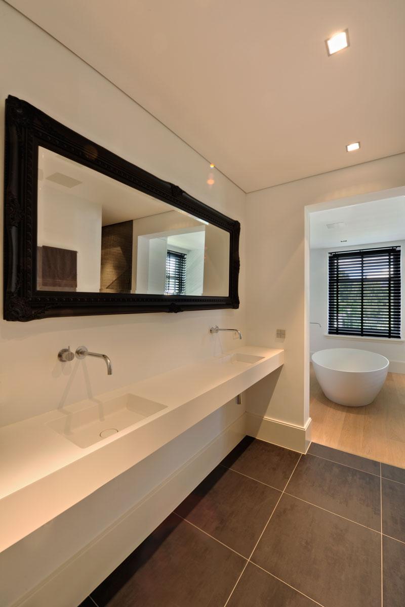 Badkamer, wastafel, spiegel, badkuip, vrijstaand bad, witte droomvilla, Gerben van Manen