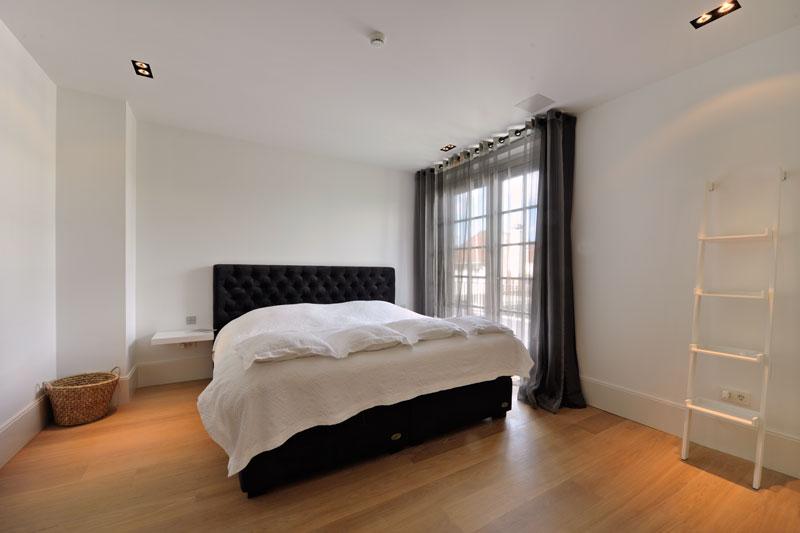 Slaapkamer, master bedroom, grote ramen, openslaande deuren, houten vloer, witte droomvilla, Gerben van Manen
