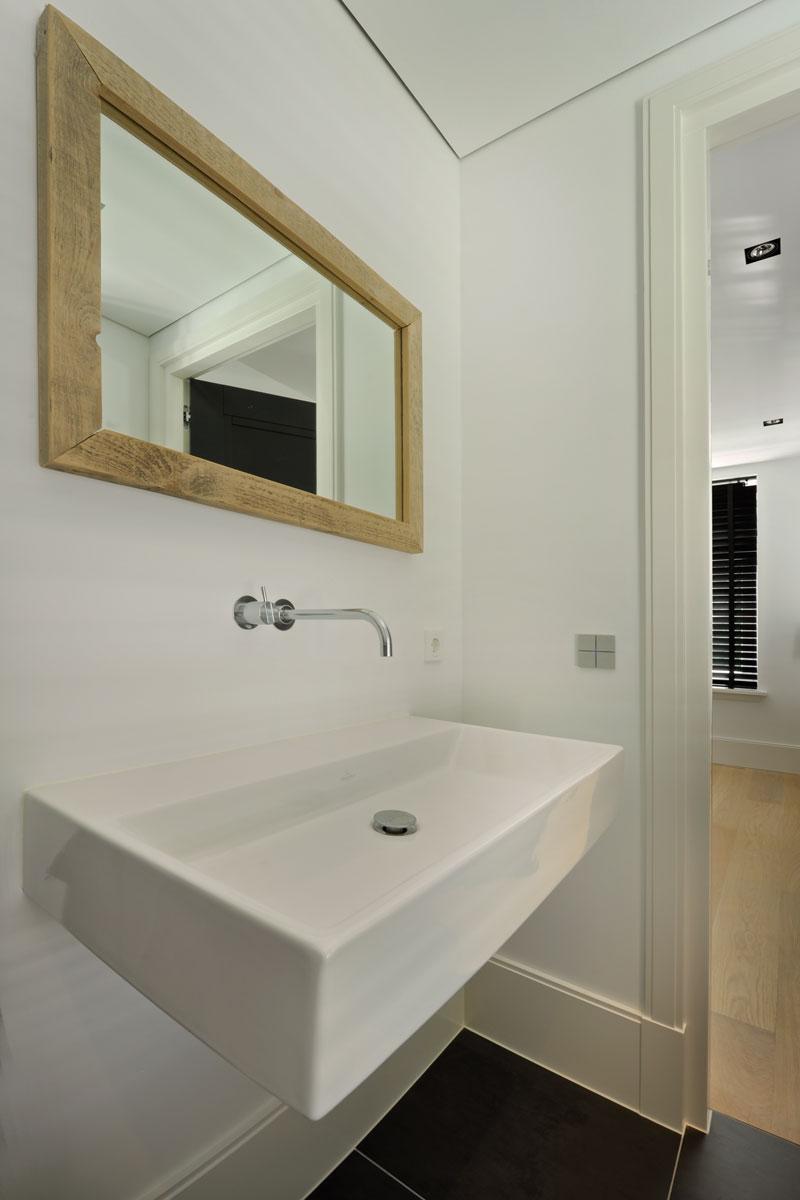 Badkamer, wastafel, spiegel, VOLA, witte droomvilla, Gerben van Manen