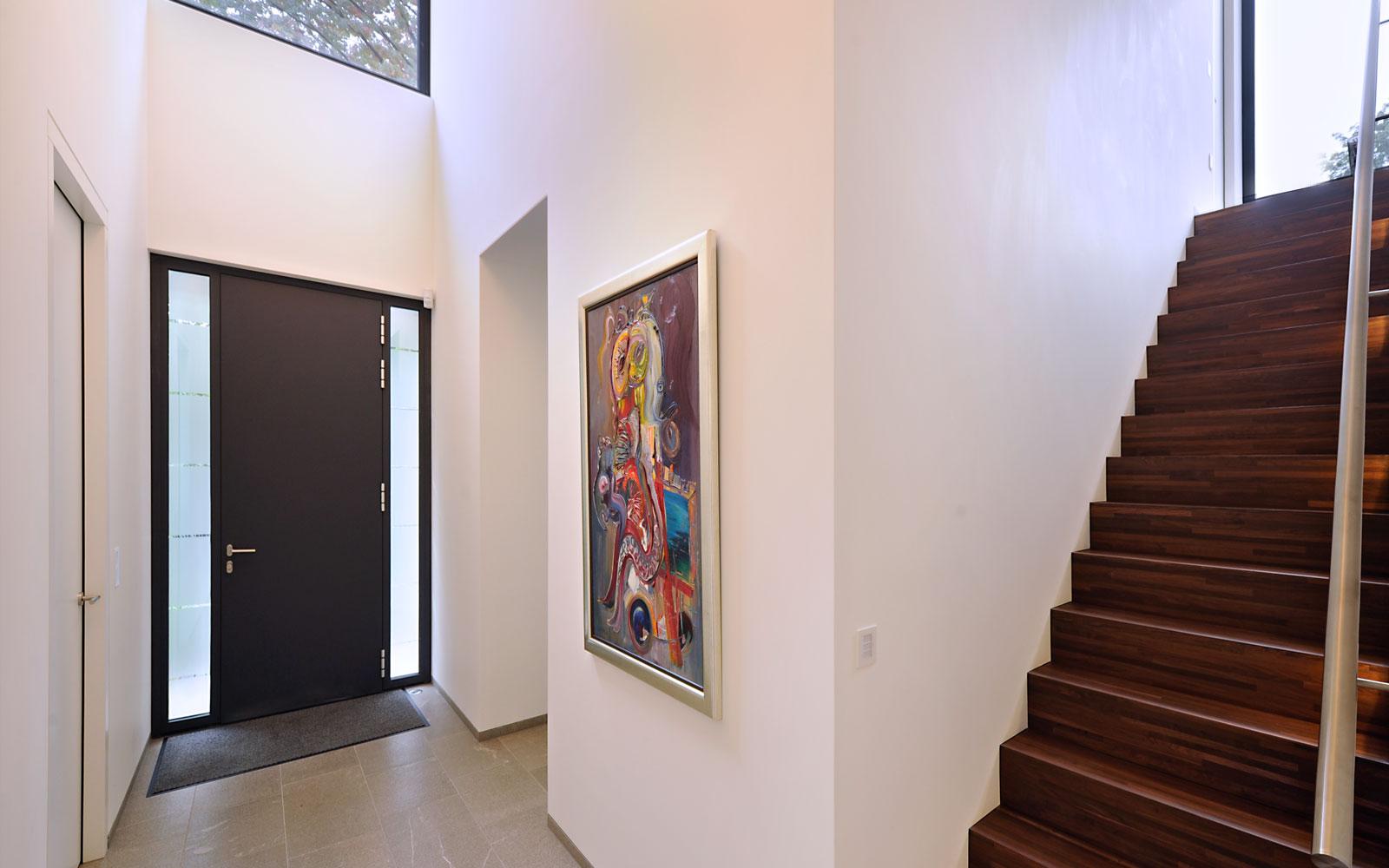 Hal, entree, houten trap, kunst, modern landhuis, Maas Architecten