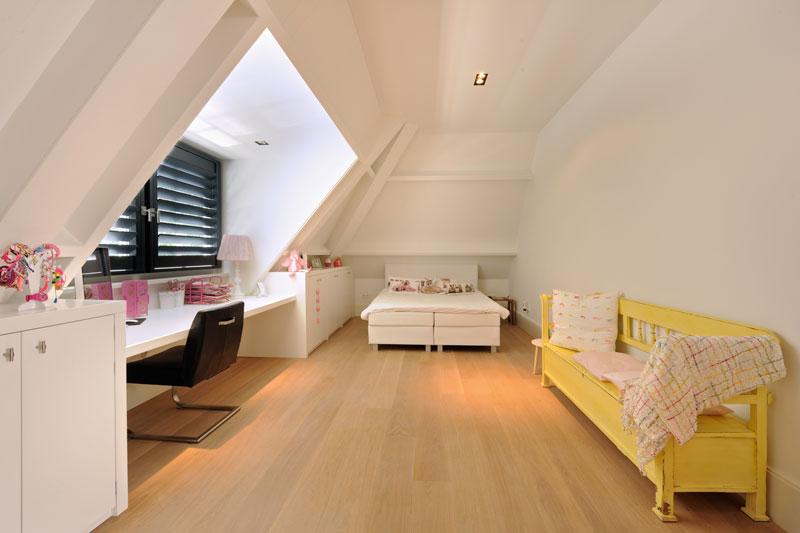 Slaapkamer, houten vloer, shutters, Style Shutters, schuine wand, witte droomvilla, Gerben van Manen