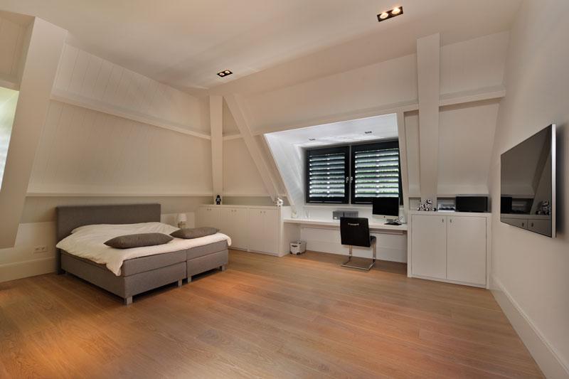 Slaapkamer, zolder, houten vloer, bed, shutters, Style Shutters, witte droomvilla, gerben van Manen