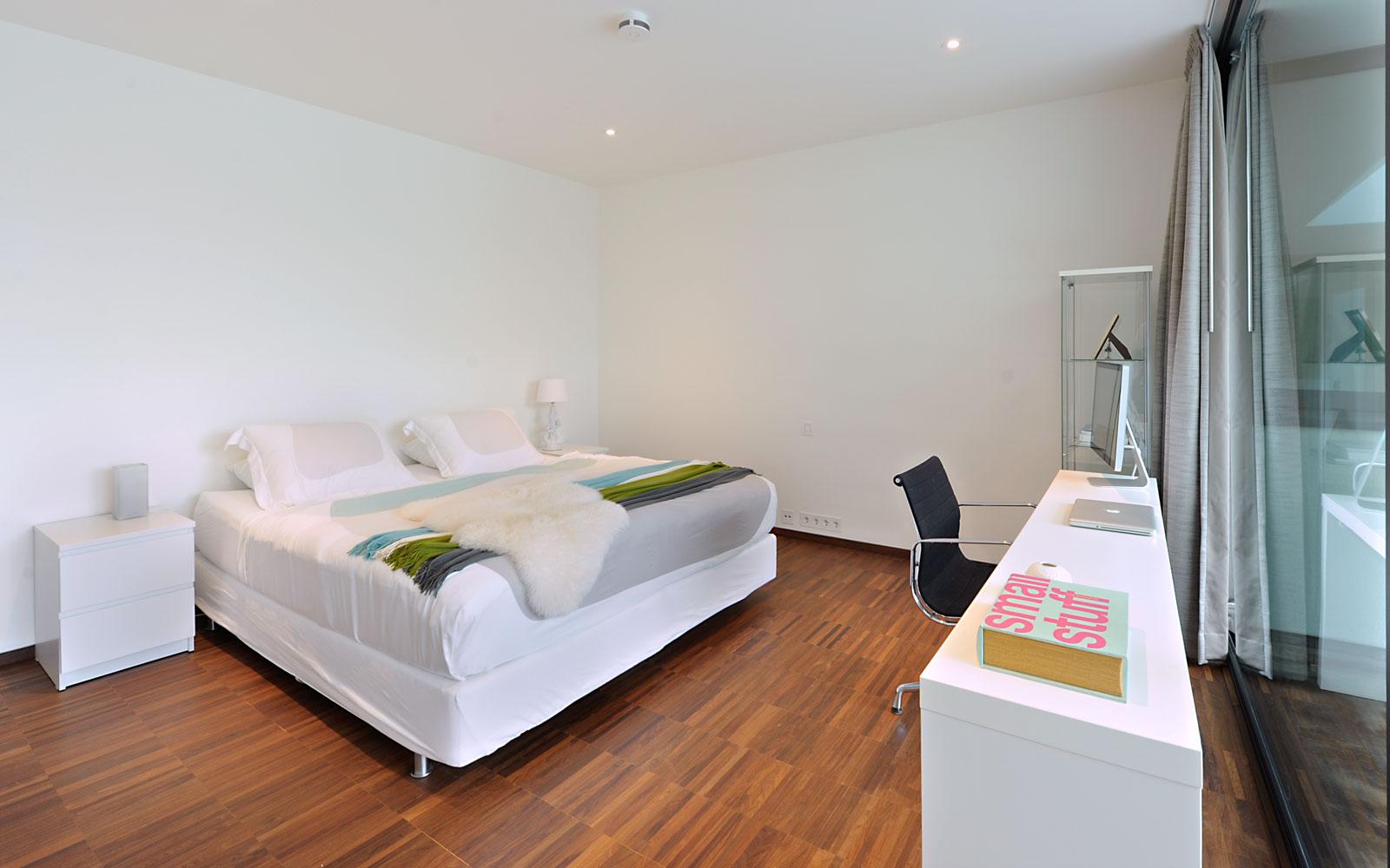 Slaapkamer, tweepersoonsbed, houten vloer, strak, modern landhuis, Maas Architecten