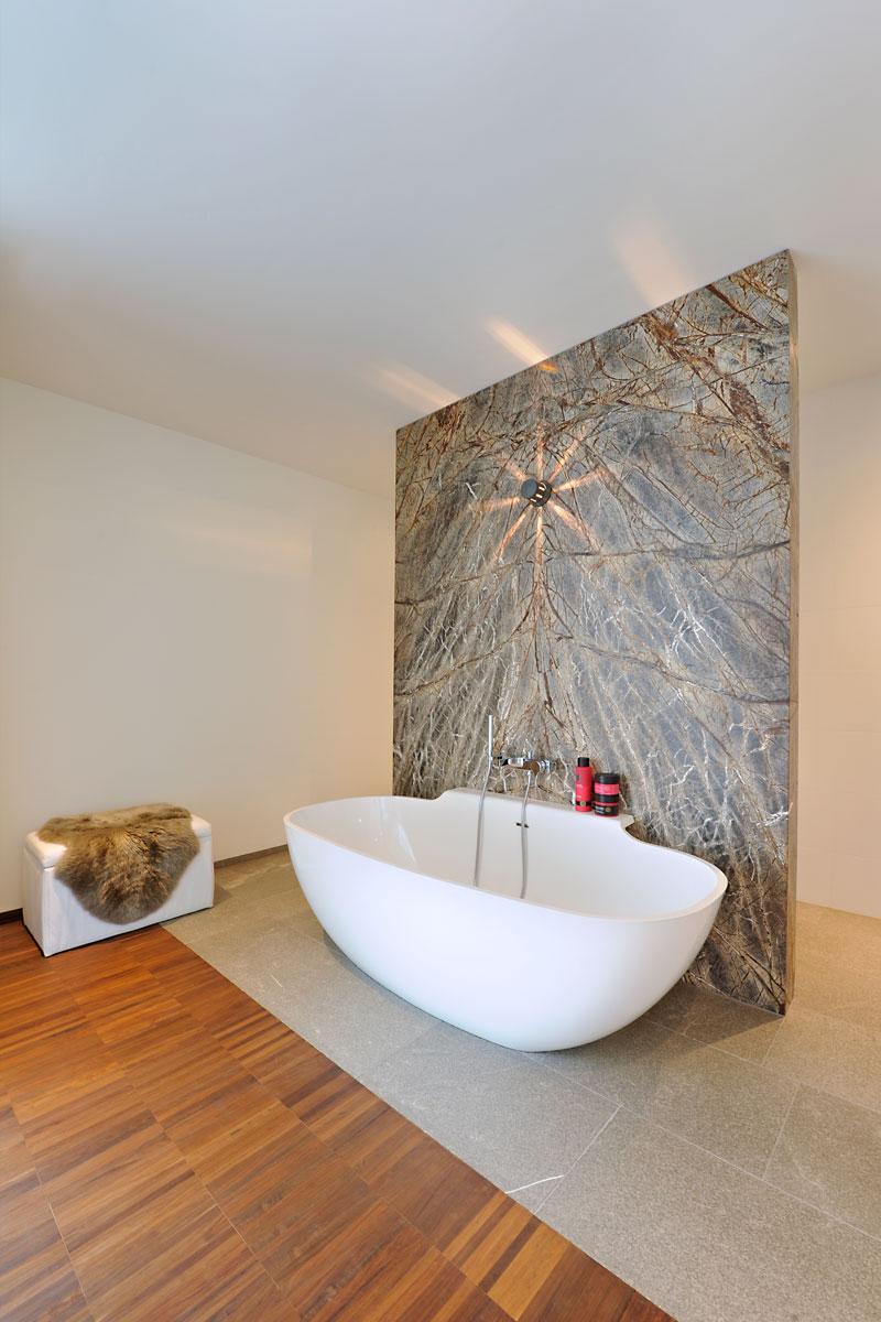 badkamer, vrijstaand bad, badkuip, bijzondere muur, slaapkamer, modern landhuis, Maas Architecten