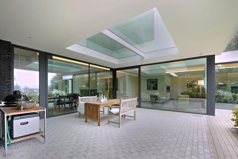 Terras, overkapping, lichtkoepel, grote ramen, tuinmeubelen, modern landhuis, Maas Architecten