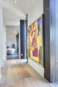 Doorkijkje naar de badkamer, hal, kunst, badkamer, vrijstaand bad, houten vloer, tegelvloer