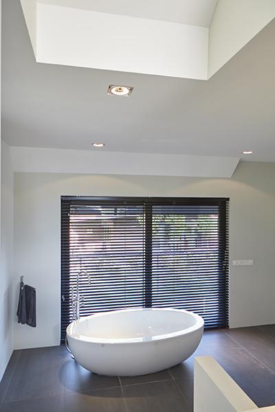 Vrijstaand bad, shutters, badkamer, tegelvloer, Bob Manders