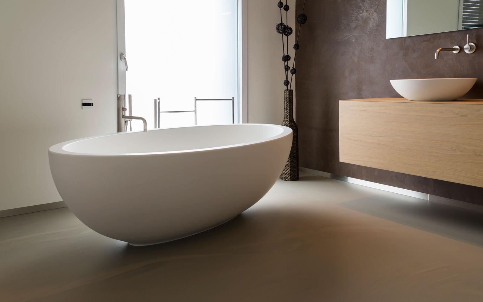 Badkamer, gietvloer, vrijstaand bad, sanitair, moderne uitbouw, Lautenbag Architectuur