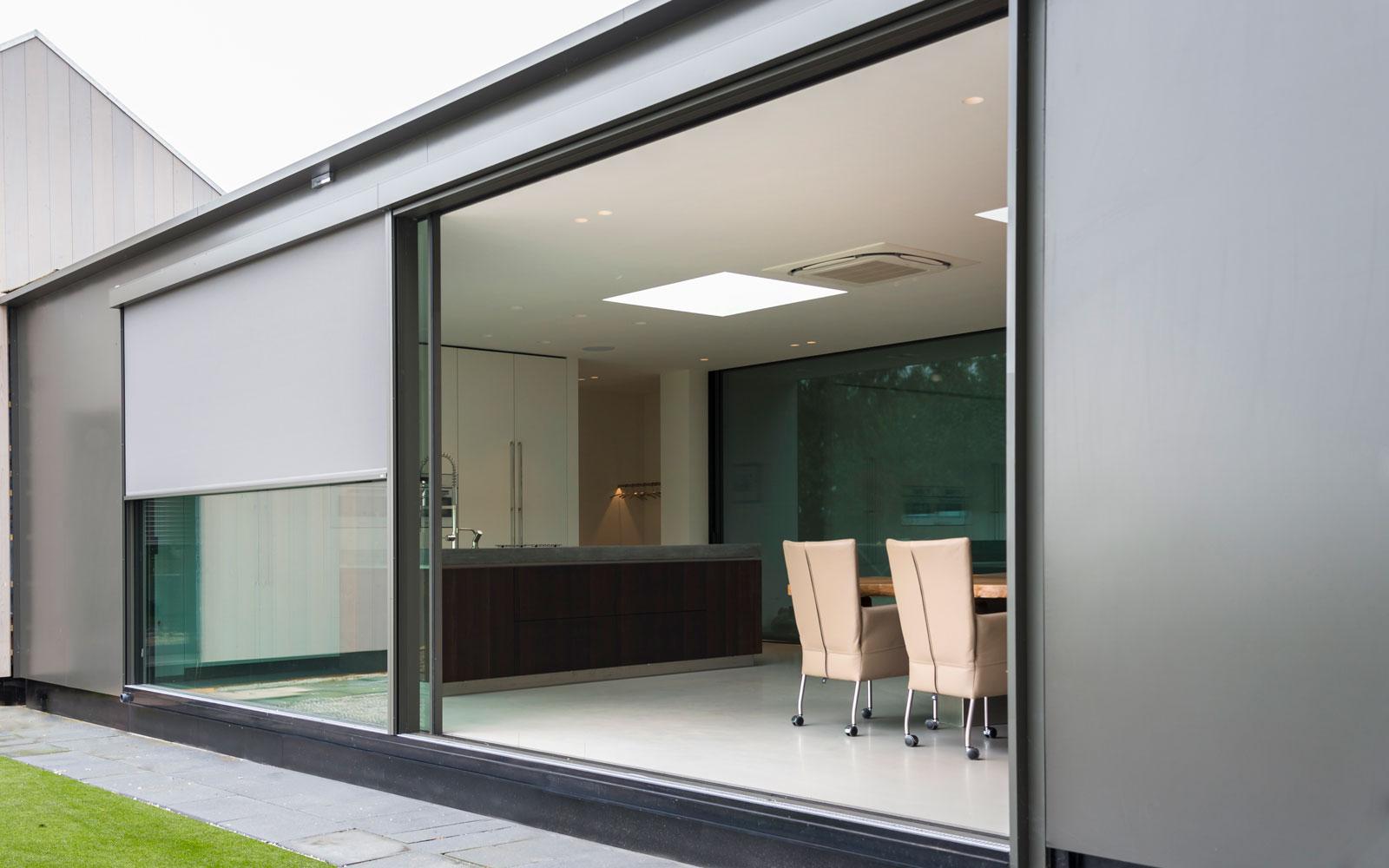 Grote ramen, glas, natuurlijk licht, keuken, zonwering, screens, moderne uitbouw, Lautenbag Architectuur