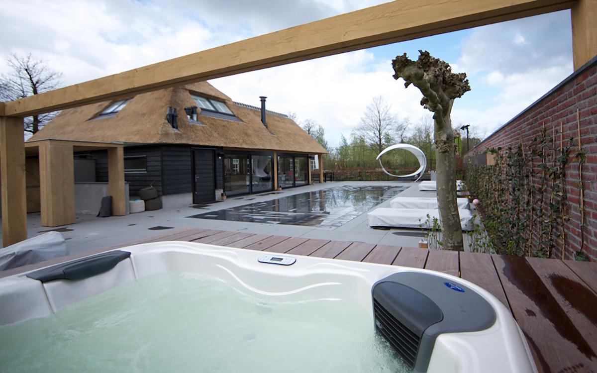 Compass Pools, Automatische waterbehandeling Om het zwemwater in topkwaliteit te houden is het zwembad voorzien van een automatisch doseersysteem in combinatie met het DAISY-waterbehandelingssysteem.
