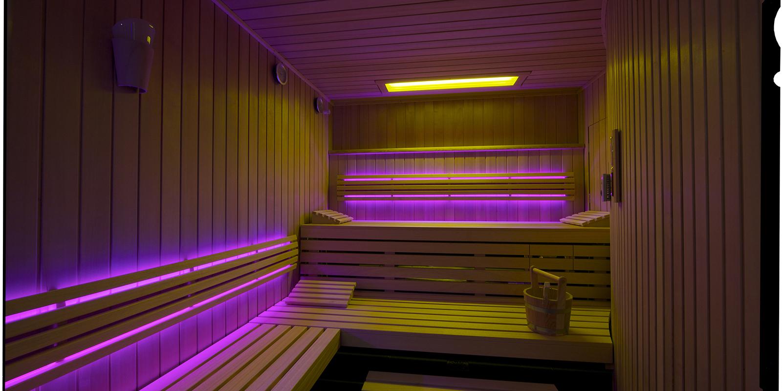 In de infrarood sauna wordt geen gebruik gemaakt van verwarmde lucht maar van stralingswarmte. Compass Pools