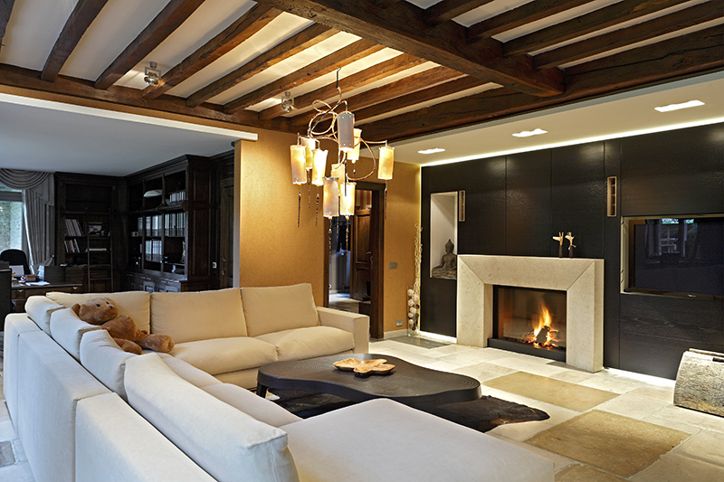 Moderne woonkamer met een open haard van M-Design en audio, video en domotica van Van Gils