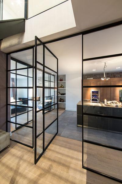 Stalen deuren, glas, simply Steel, houten vloer, doorkijk, verrassende villa, Denoldervleugels