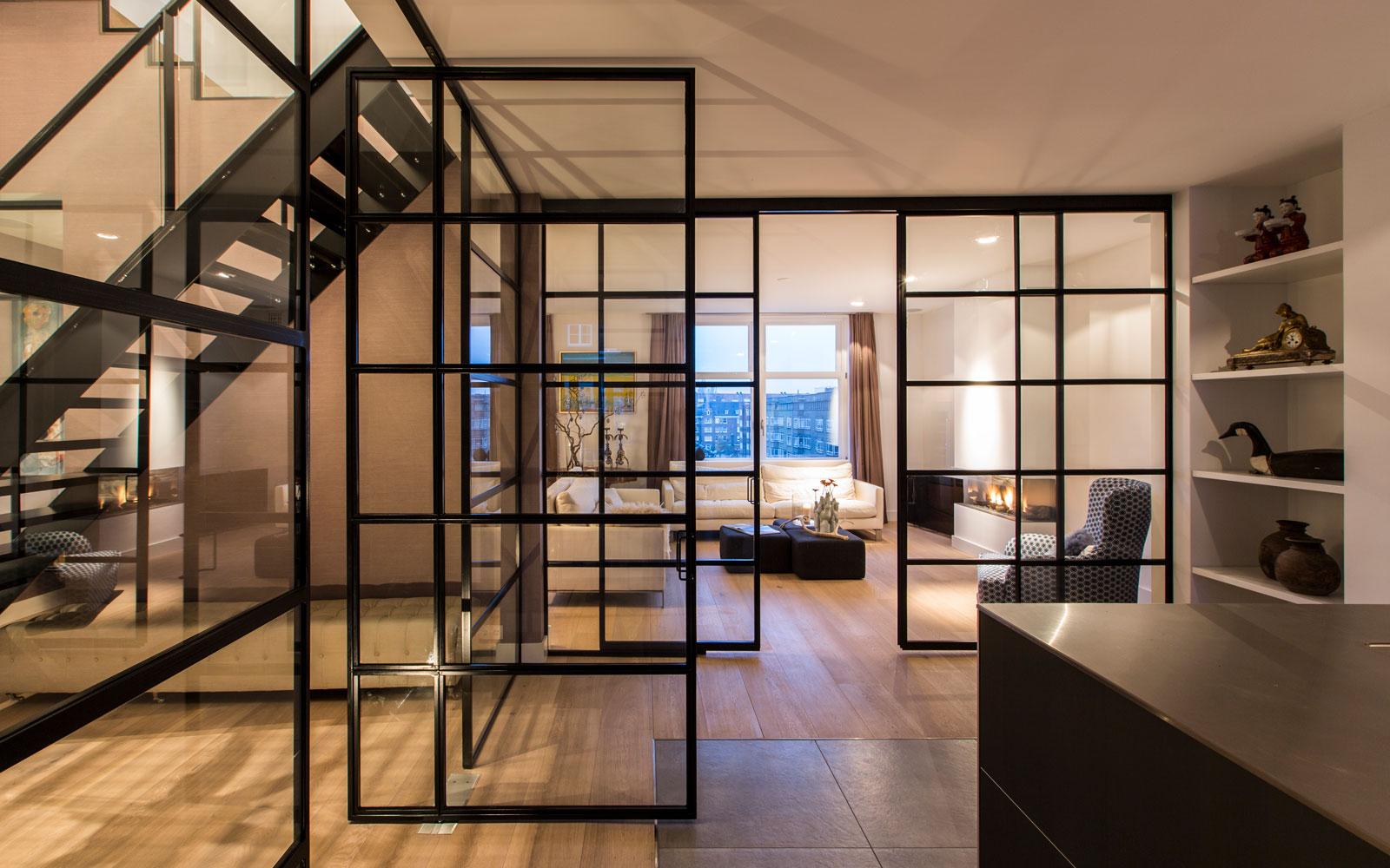Houten vloer, stalen deuren, Simply Steel, stalen trap, ruimtelijk, verrassende renovatie, Denoldervleugels