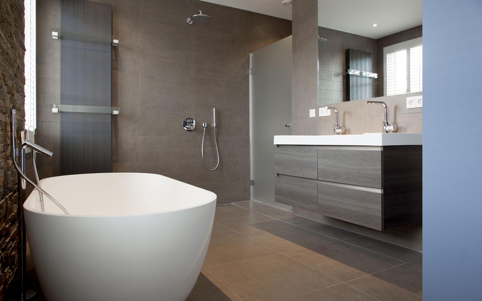 Badkamer, inloopdouche, vrijstaand bad, wastafel, neutrale kleuren, verrassende renovatie, Denoldervleugels