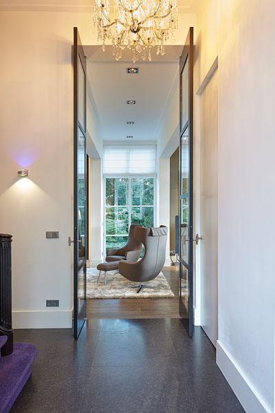 Doorkijk naar de living, hoge deuren, glas, houten vloer, Europa Parket, klassiek herenhuis, Kees Marcelis