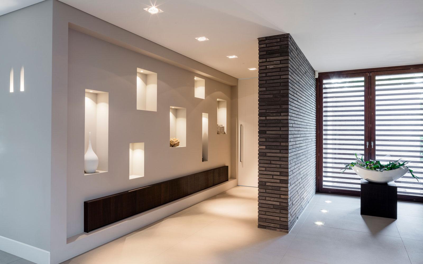 Entree, lampen, muur, afscheiding, indrukwekkende verlichting, vloer, JP Flooring, moderne villa, François Hannes