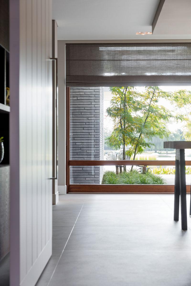 Woonkamer, tegels, JP Flooring, grote ramen, gordijnen, Indivipro, raambekleding, moderne villa, François Hannes